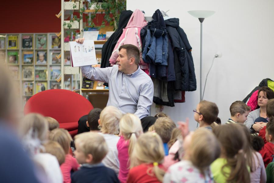 Lesung in der Stadtbibliothek Oranienburg - Gleichstellungsbeauftrage Frau von der Lippe und Bürgermeister Alexander Laesicke lesen Kindern vor.