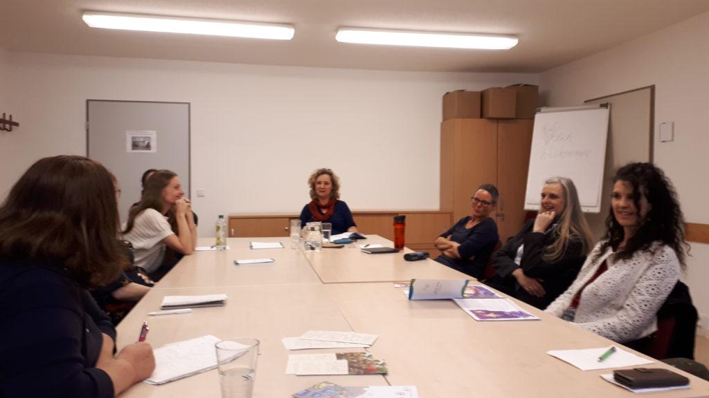 Im Netzwerk Unternehmerinnen in Oberhavel zusammengeschlossene Frauen hören in Oranienburg einen Impulsvortrag über Podcasts - allgemein und konkret - von Fotografin und Coach Steffi Rose.